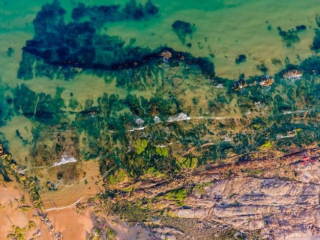 Luftaufnahmen der küste, des meeres, der inseln und der riffe von qingdao