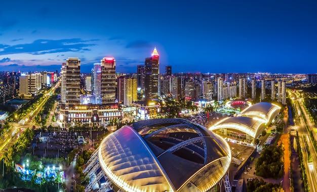 Luftaufnahmen der nachtansicht des nantong financial center, jiangsu