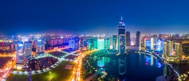 Luftaufnahmen der nachtansicht von didang lake central business district, shaoxing, zhejiang