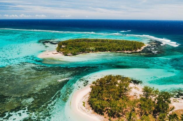 Luftaufnahmen der ostküste der insel mauritius. schöne lagune der insel mauritius, von oben genommen. korallenriff des indischen ozeans.