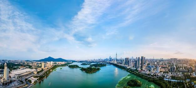 Luftaufnahmen der skyline der städtischen architektur des nanjing-xuanwu-sees