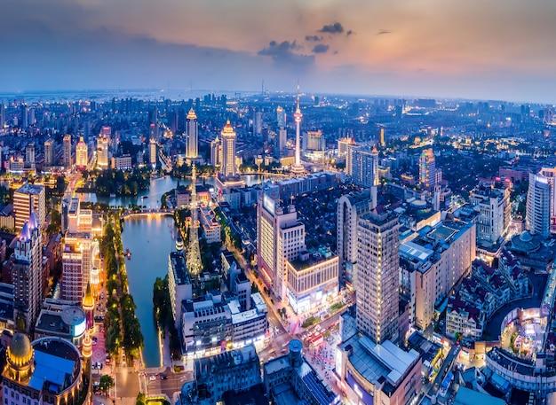Luftaufnahmen der stadtlandschaft von nantong, jiangsu bei nacht