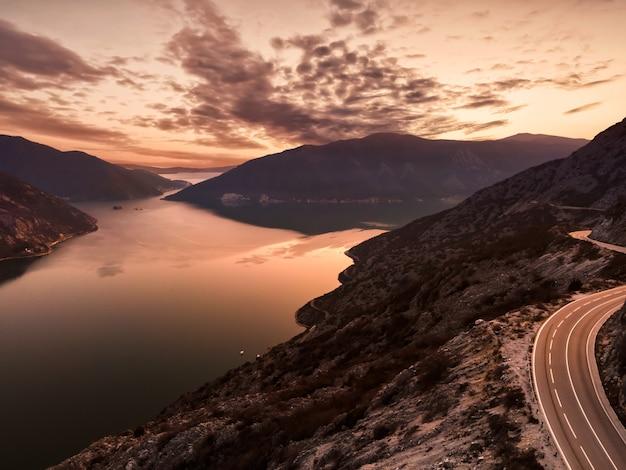 Luftaufnahmen von boka bay in montenegro europa bei sonnenuntergang