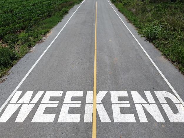 Luftaufnahmen von landstraßen mit weekend-text, weekend-konzept