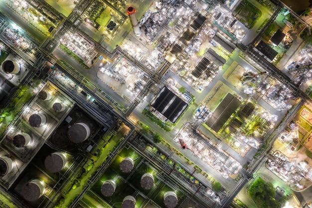 Luftaufnahmeölraffinerie- und -gasraffinerieanlage bilden industriezone nachts.