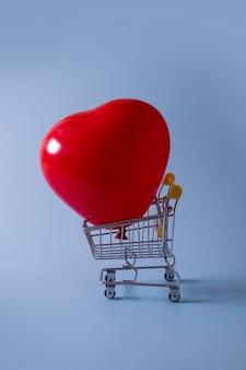 Luftballon im einkaufswagen - verkauf valentinstag-einkaufskonzept