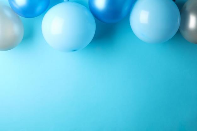 Luftballons auf blauem hintergrund, platz für text