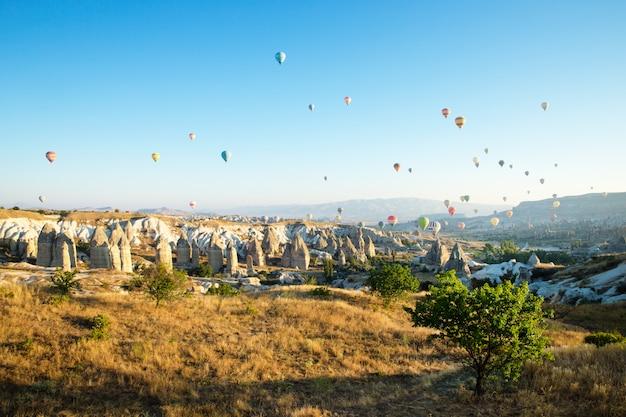 Luftballons fliegen über kappadokien