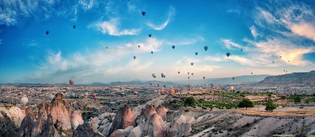 Luftballons im bewölkten himmel über kappadokien