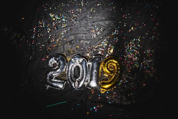 Luftballons in form von 2019 auf dunklem stoff