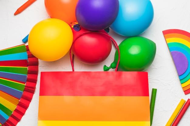 Luftballons tasche und stifte in lgbt-farben