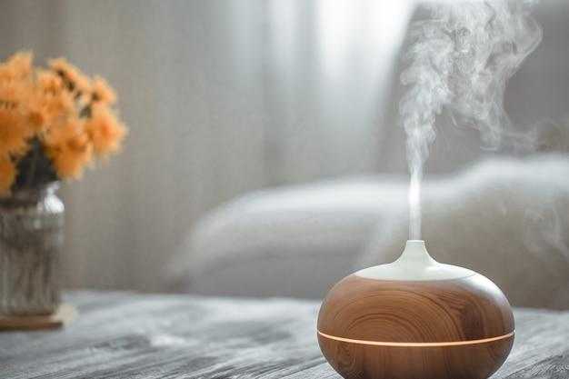Luftbefeuchter auf dem tisch im wohnzimmer.