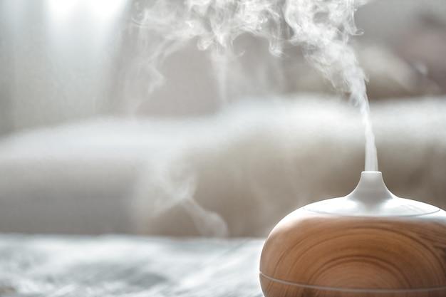 Luftbefeuchter auf dem tisch im wohnzimmer