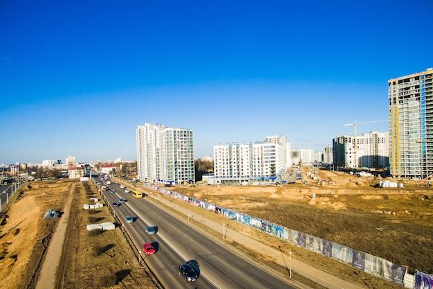 Luftbild an kreuzungen der stadtautobahn. fahrzeuge fahren auf straßen. weißrussland, russland