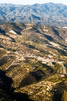Luftbild auf feldern vor nebligen bergen