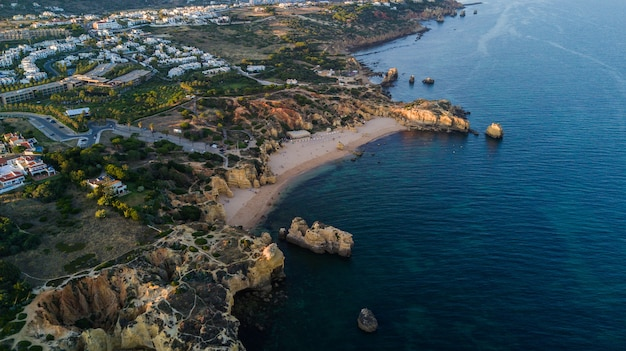 Luftbild auf sonnenuntergang des strandes von sao rafael, algarve-küste, portugal. konzept für über strand von portugal. sommerferien