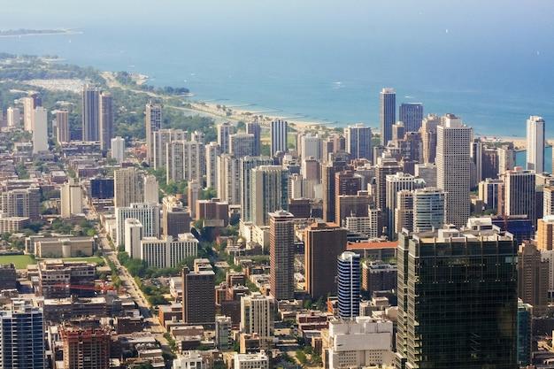 Luftbild auf straßenniveau nach oben, stadt chicago mit führendem see in der nähe von illinois usa