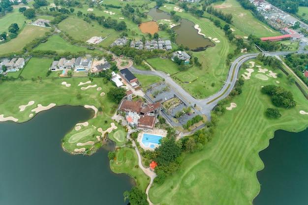 Luftbild brummen top down schuss von schönen grünen golffeld high angle view in der sommerzeit