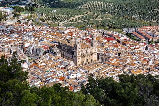 Luftbild der altstadt von jaen mit der kathedrale