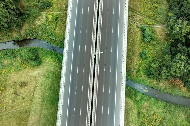 Luftbild der autobahn mit verschiedenen verbindungen. fahrzeuge fahren auf den straßen. moderne straßen polen
