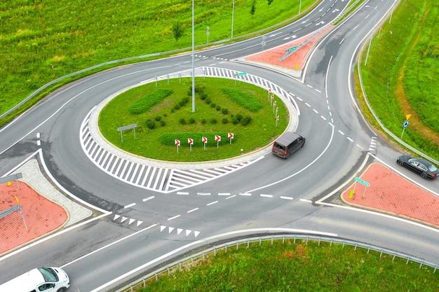 Luftbild der autobahn und des rings, um wegbeschreibungen zu verbinden