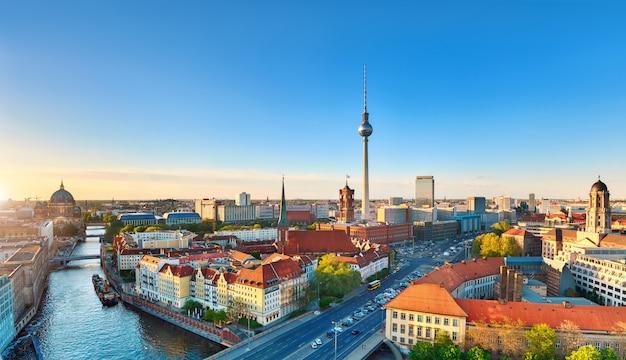 Luftbild der berliner innenstadt bei sonnenuntergang im frühjahr, inklusive fernsehturm am alexanderplatz