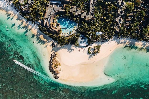 Luftbild der ostküste der insel mauritius. fliegen über der türkisfarbenen lagune von mauritius in der region belle mare.