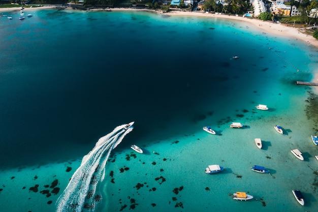 Luftbild der ostküste der insel mauritius. schöne lagune von mauritius island von oben geschossen. boot segeln in der türkisfarbenen lagune.