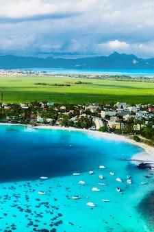 Luftbild der ostküste der insel mauritius. schöne lagune von mauritius island von oben geschossen. bootssegeln in der türkisfarbenen lagune.