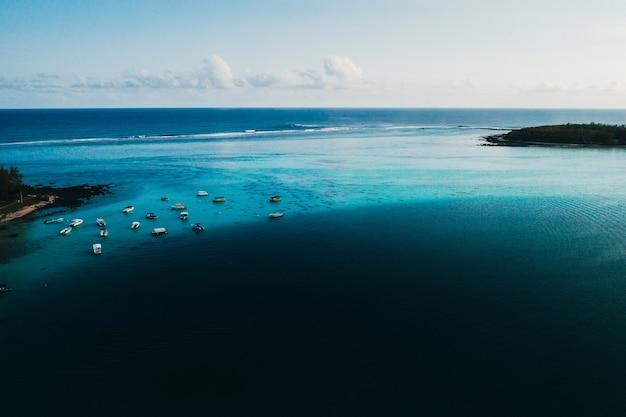 Luftbild der ostküste der insel mauritius. schöne lagune von mauritius island von oben geschossen.