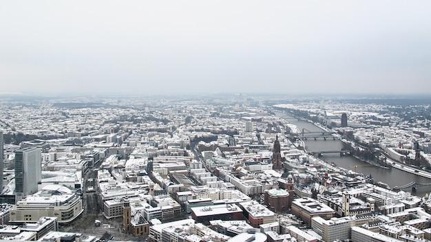 Luftbild der stadt frankfurt am main im winter
