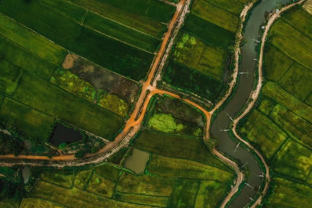 Luftbild der straße und des flusses in einem feld