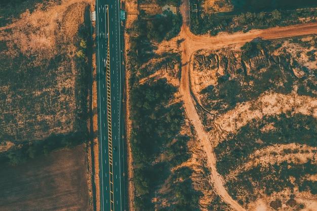 Luftbild der straße und umwelt landwirtschaftliche nutzfläche in der landschaft
