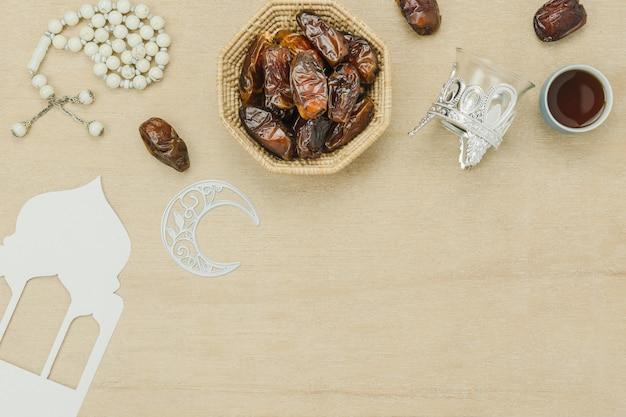 Luftbild der tischplatteansicht dekoration ramadan kareem-feiertagshintergrundes.