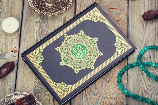 Luftbild der tischplatteansicht der dekoration ramadan kareem. flach liegen