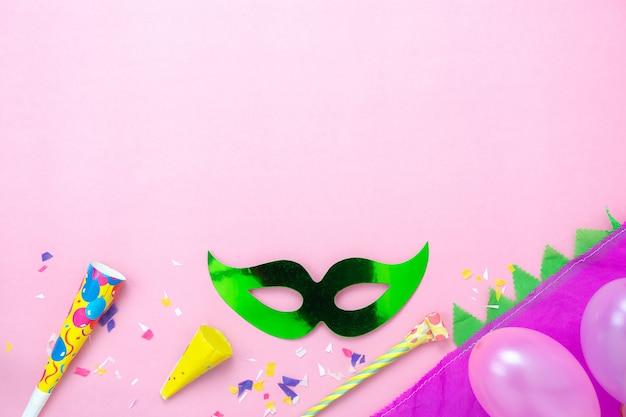Luftbild der tischplatteansicht der schönen bunten karnevalsjahreszeit.