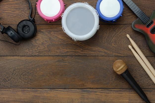 Luftbild der tischplatteansicht des musikinstrumentes