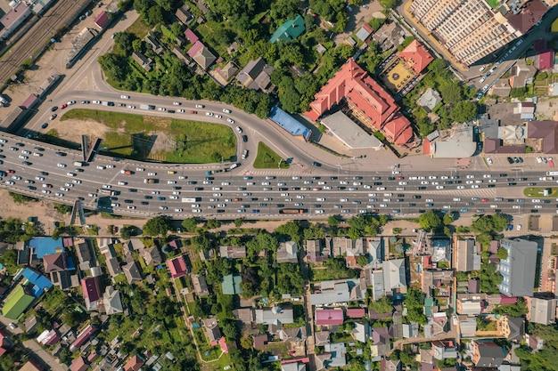 Luftbild des fahrzeugkreuzungsverkehrs zur hauptverkehrszeit mit autos