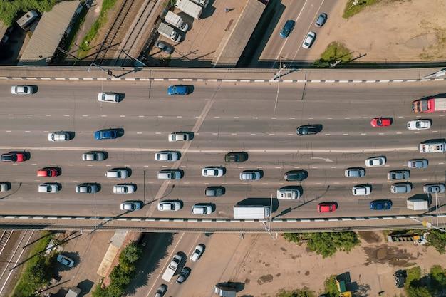 Luftbild des fahrzeugkreuzungsverkehrs zur hauptverkehrszeit