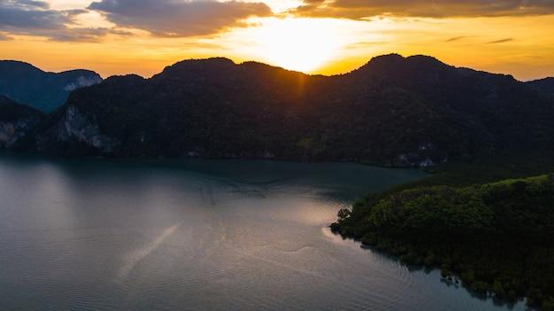Luftbild des hohen winkels des landschaftssonnenuntergangs und des berges in krabi thailand