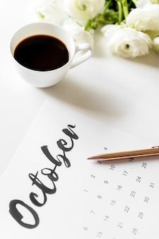 Luftbild des kalenders mit kaffeetasse