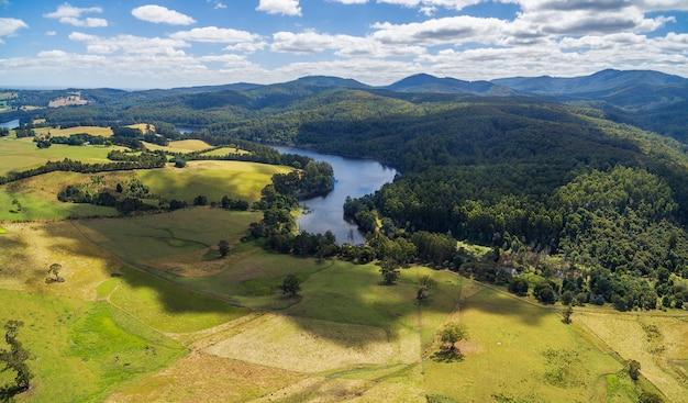 Luftbild des tarago-reservoirs. victoria, australien.