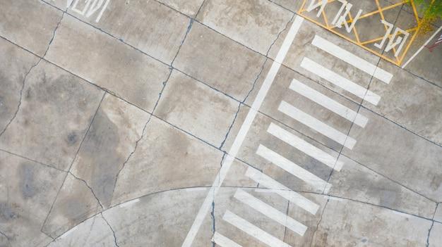Luftbild-draufsicht über fußgängerüberweg auf verkehrsstraße