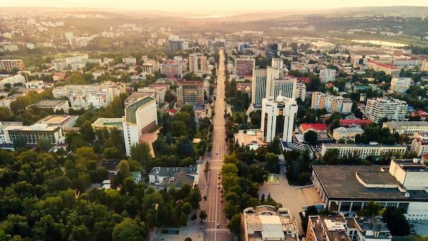 Luftbild-drohne-ansicht der innenstadt von chisinau panorama-ansicht mehrerer gebäude parlamentspräsidentschaft