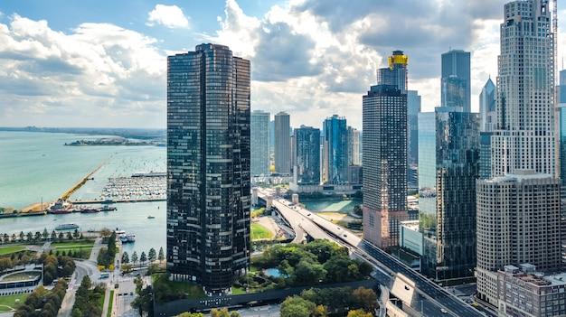 Luftbild-drohnenansicht der chicagoer skyline von oben, wolkenkratzer der innenstadt von chicago und stadtbild des michigansees, illinois, usa