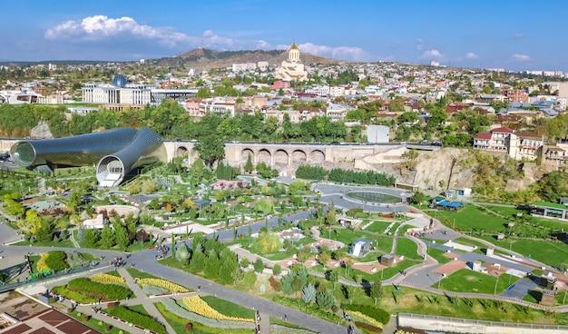 Luftbild-drohnenansicht der skyline von tiflis von oben, kura-fluss und altstadt von tiflis-stadtbild, georgien