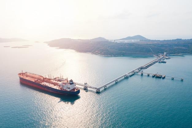 Luftbild frachtschiff der geschäftslogistik seefracht, rohöltanker lpg ngv im industriegebiet thailand / gruppe öltankerschiff zum hafen von singapur - import export