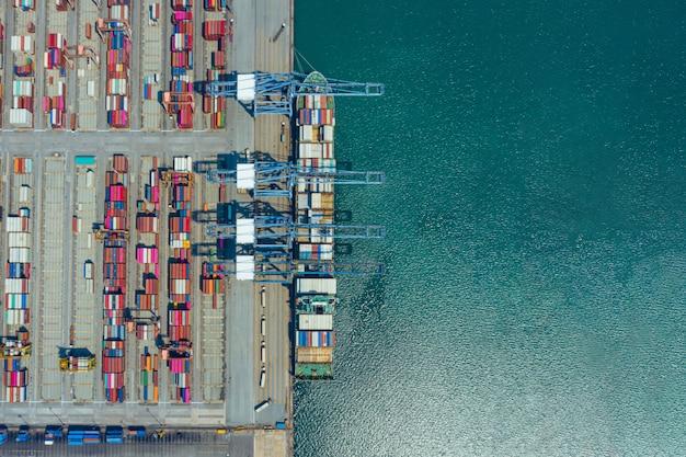 Luftbild frachtschiff des geschäftslogistiktransports seefracht, frachtschiff, frachtcontainer im fabrikhafen am industriegebiet für import export um in der welt