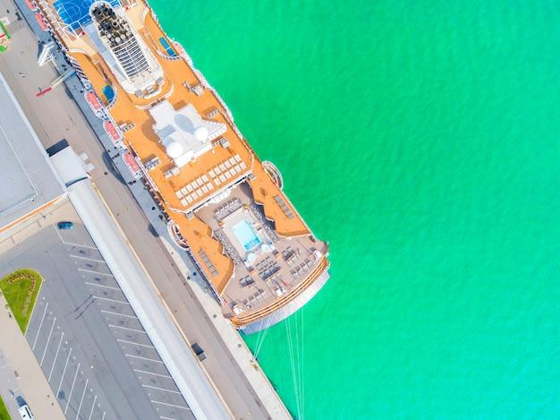Luftbild kreuzfahrtschiff am hafen. draufsicht des schönen großen weißen liners im yachtclub.