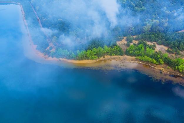Luftbild mit panorama-lauffeuer brennt bäume rauchen feuer trockengraswald in kalifornien usa